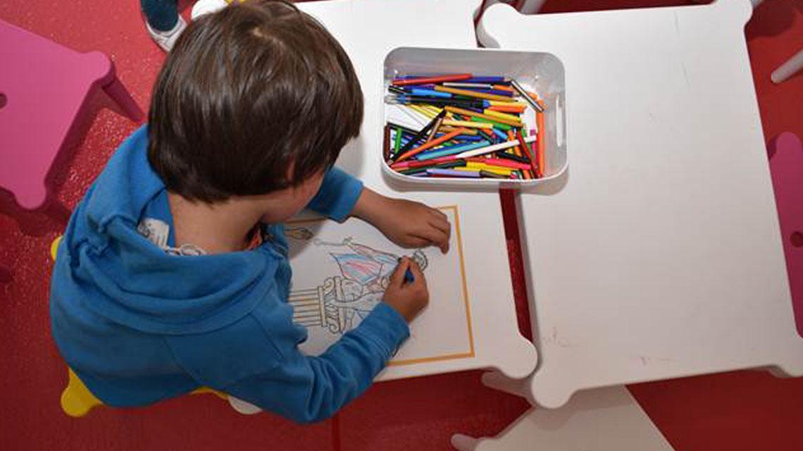 """Niño participando en el espacio """"Pequeños Corazones"""""""